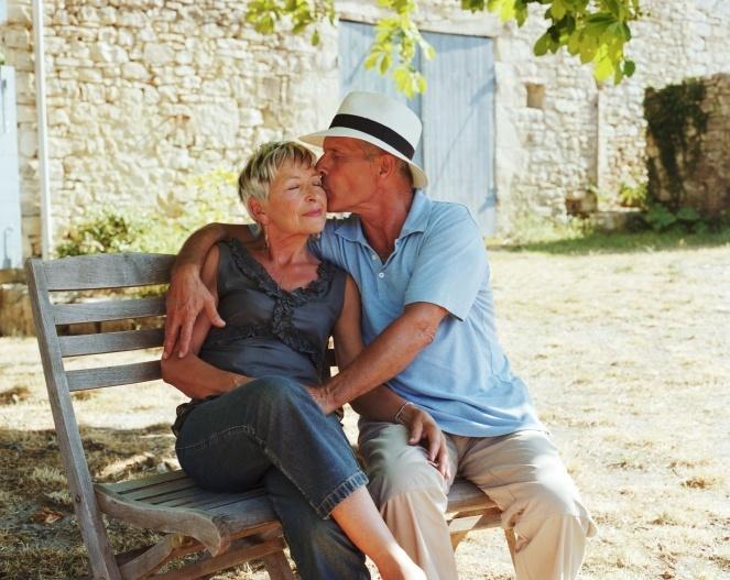 Ilustração: casal - idoso dá beijo em idosa