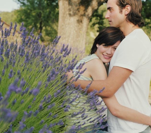 Ilustração: casal troca abraço no jardim