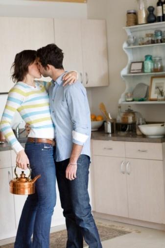 Ilustração: casal troca beijos na cozinha