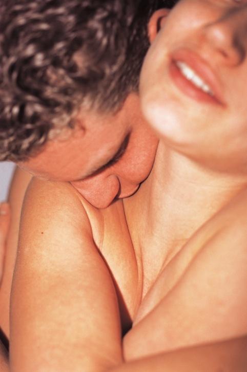 Ilustração: Homem beija pescoço de mulher