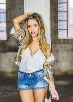 Gabi Luthai canta seus maiores sucessos da internet no Bate-papo UOL