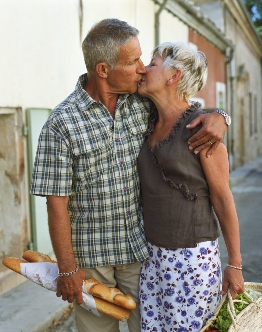 Ilustração: casal idoso troca beijo