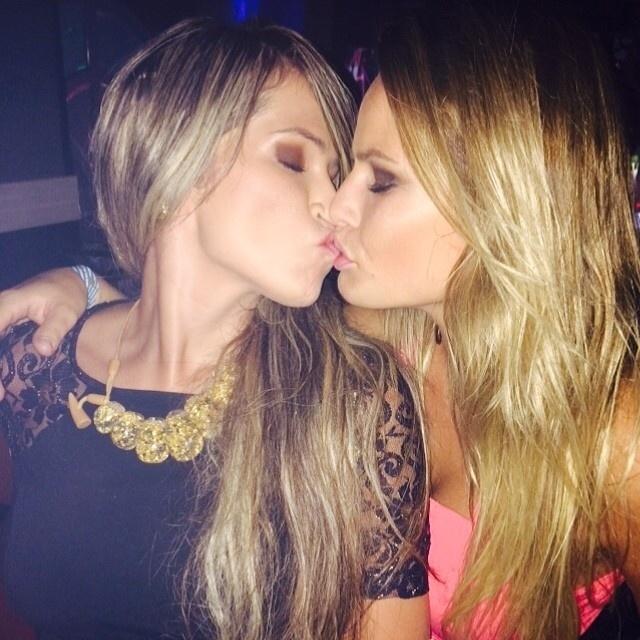17.fev.2014 - Ex-BBBs Fani e Natália Cassassola publicam foto de beijo e insinuam que estão juntas.
