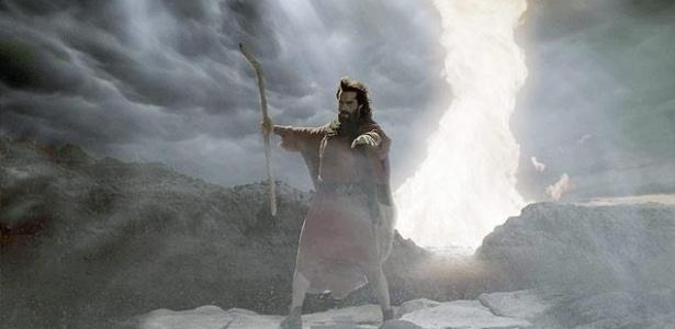 """Moisés abre o Mar Vermelhor em cena do filme """"Os Dez Mandamentos"""" - Reprodução/ TV Record"""
